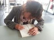 Charlotte Bousquet dédicace le livre du CDI.