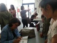 Sylvie Allouche dédicace le livre du CDI.